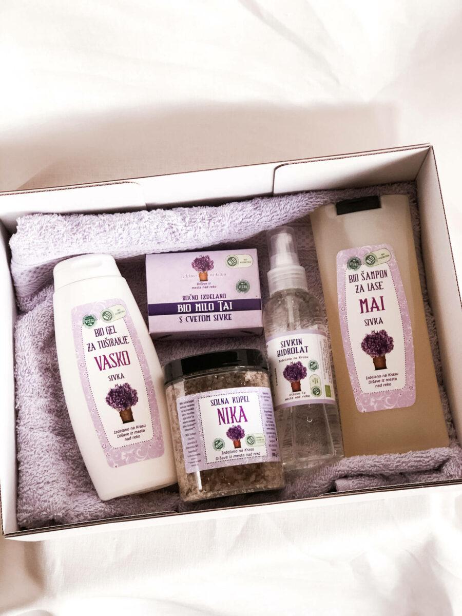 Darilni paket sivke (gel za tuširanje, trdo milo, sol, šampon, hidrolat in brisača)